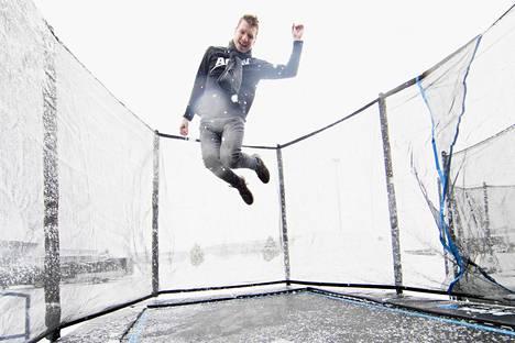 Tarmo Sallinen innostui trampoliineista vaihto-oppilasvuotenaan Yhdysvalloissa. Nyt hänen omistamansa Acon myy trampoliineja 30 maahan.
