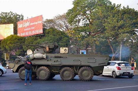 Armeijan panssaroituja ajoneuvoja havaittiin Yangonin kaduilla sunnuntaina Reutersin mukaan ensi kertaa sitten vallankaappauksen.