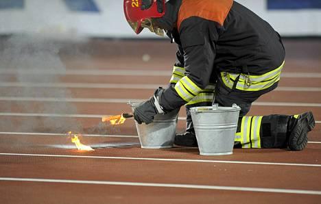 Palomies sammutti jalkapallofanin juoksuradalle heittämän soihdun Suomi-Espanja MM-karsintaottelussa syyskuun alussa Helsingissä.