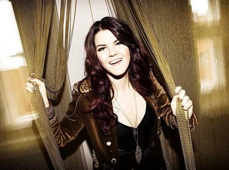 Britannian X Factor -kisassa menestynyt Saara Aalto esiintyy medialle ennen suurta areenakonserttia Helsingissä huhtikuun puolivälissä.