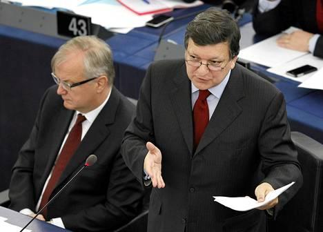 Talouskomissaari Olli Rehn (vas.) ja komission presidentti Jose Manuel Barroso ovat joutuneet kovaan pyöritykseen Euroopan velkakriisissä. Yhtenä vaihtoehtona kriisin hallintaan komissio aikoo ehdottaa euromaiden yhteisiä joukkovelkakirjalainoja.