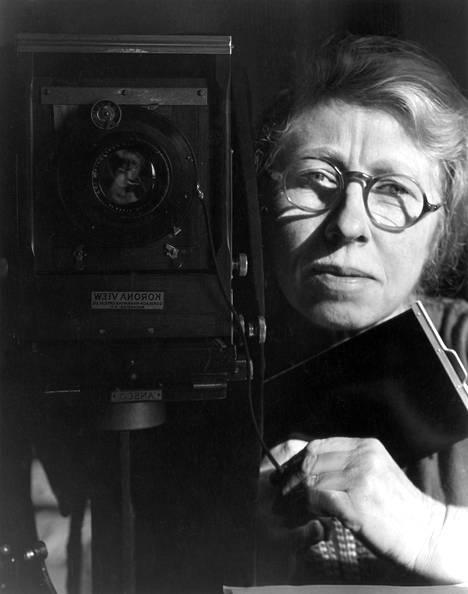 Imogen Cunningham: Omakuva Korona View -kameran kanssa, 1933, valokuva.