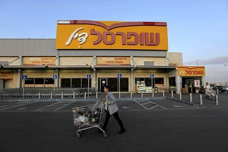 Nainen työnteli lapsia ostoskärryissä supermarketin edustalla Maale Adumimin siirtokunnassa Länsirannalla viime tammikuussa.