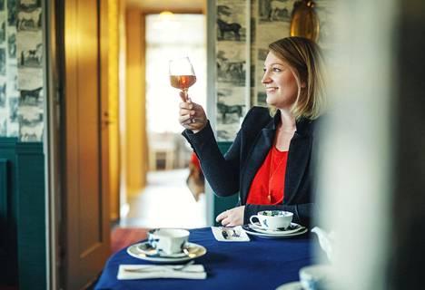Vastikään teesommelieriksi valmistunut Anna Grotenfelt-Paunonen luotsaa Teahouse of Wehmais -yritystä Juvalla.