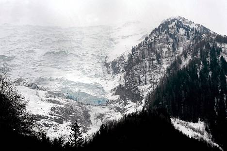 Isä ja poika patikoivat Bossonsin jäätiköllä Mont Blancin lähistöllä.