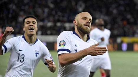 Suomen maajoukkueen tähtihyökkääjä Teemu Pukki juhli maaliaan Liechtensteinia vastaan yhdessä Pyry Soirin kanssa.
