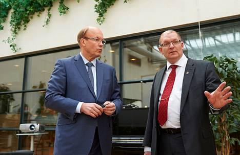 Koneen toimitusjohtaja Matti Alahuhta (vas.) ja Metalliliiton puheenjohtaja Riku Aalto etsivät talouslääkkeitä samassa seminaarissa.