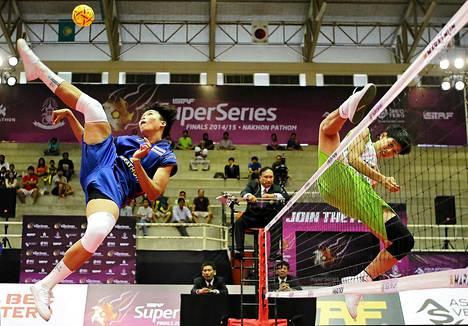 Thaimaan Sasiwimol Janthasit ja Myanmarin Kay Zin Htut potkulentopalloa pelaamassa. Potkulentopallo on laji, jossa palloa saa koskea kaikilla muilla ruumiinosilla kuin käsillä.
