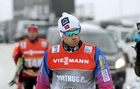 Kivikasvoinen Petter Northu ohitti median edustaja viileästi perjantaina Rukalla.