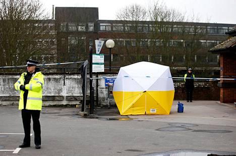 Poliisi vartioi rikospaikkaa Salisburyssa 13. maaliskuuta.