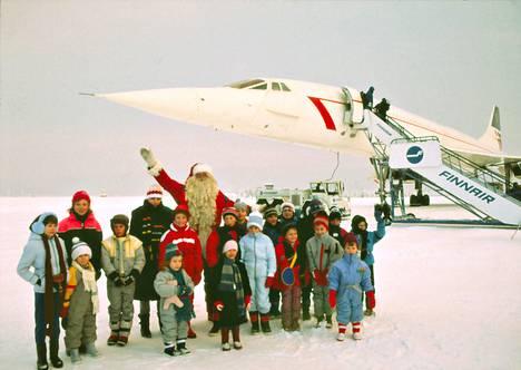 Brittilapset pääsivät yhteiskuvaan joulupukin ja Concorden kanssa Rovaniemen lentokentällä joulupäivänä 1984.