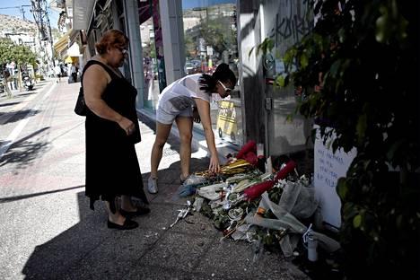 Naiset toivat kukkia kahvilan eteen, jossa Pavlos Fyssas surmattiin Piraeuksessa 18. syyskuuta.