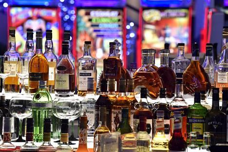 Alkoholipulloja anniskeluravintolassa Helsingissä tammikuussa 2020.