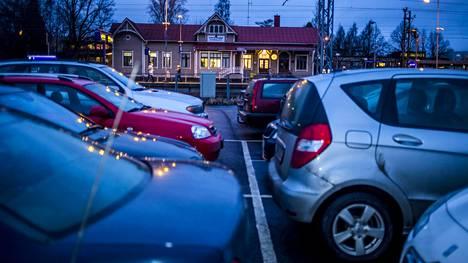 Lähes puolet liikennevahingoista sattuu parkkipaikoilla. Kuva Kirkkonummelta vuonna 2013.
