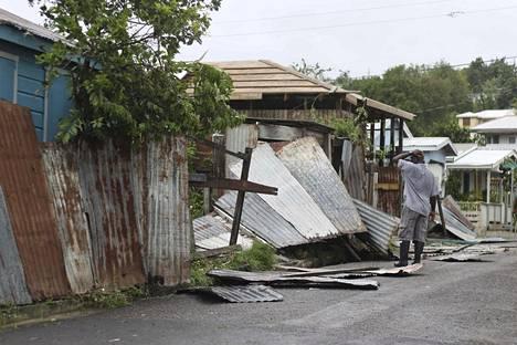 Antigualainen mies tutki hirmumyrsky Irman tuhoja saaren pääkaupunki St. John'sissa keskiviikkona. Saari säästyi myrskyn pahimmalta raivolta.