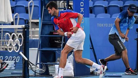 Tennis | Novak Djokovicin raivoaminen jatkui pronssiottelussa: yksi maila lensi kauas katsomoon, toinen koki loppunsa verkkotolppaa vasten