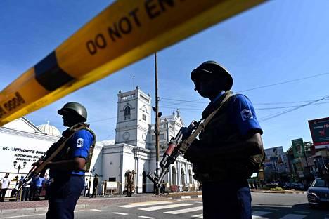 Turvallisuusviranomaiset vartioivat St. Anthonyn kirkon edustalla maanantaina.