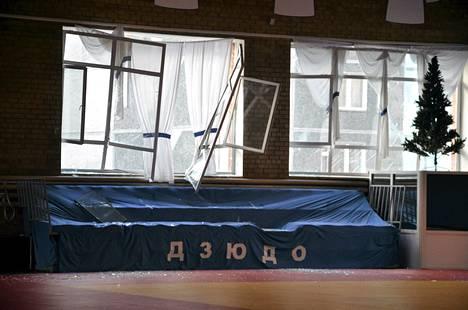 Urheiluhallin rikkoutuneet ikkunat meteoriräjähdyksen jälkeen Tšeljabinskissa Venäjällä perjantaina.