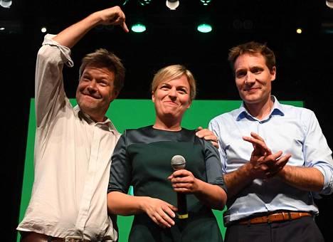 Saksan vihreiden puheenjohtaja Robert Habeck (vas.) juhli sunnuntaina Münchenissä Baijerin vihreiden kärkiehdokkaiden Katharina Schulzen ja Ludwig Hartmannin kanssa vihreiden vaalimenestystä.