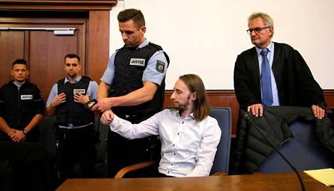 Syytetty Sergej Wenergold saapui oikeuteen kuulemaan tuomionsa oikeudenkäynnissä.