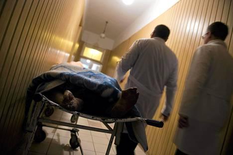 Itäukrainalaisen Kalininan sairaalan ruumishuoneelle tuotiin kuolleita ihmisiä taisteluiden seurauksena Donetskissa keskiviikkona.