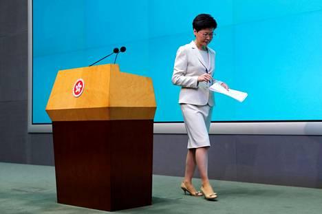 Hongkongin hallintojohtaja Carrie Lam poistuu puhujapöntöstä pidettyään anteeksipyyntöpuheensa tiistaina.