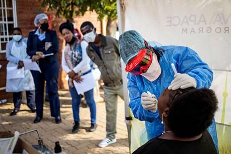 Lääkärit ilman rajoja -järjestön (MSF) sairaanhoitaja Bhelekazi Mdlalose otti terveydenhuollon työntekijältä näytteen koronavirustestiä varten Vlakfonteinin klinikalla Lenasiassa Johannesburgissa viime keskiviikkona.