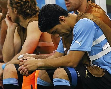 Luis Suarez seurasi penkiltä Uruguayn avauspelin 1-3-tappiota Costa Ricalle.