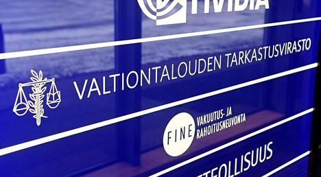 Valtiontalouden tarkastusviraston VTV:n tunnus pääkonttorin seinällä Helsingissä tammikuussa 2021.