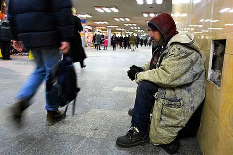 Koditon mies Budapestin metroasemalla. Vastustajien mukaan vasta hyväksytty laki kriminalisoi kodittomuuden.