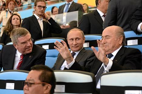 Kansainvälisen olympiakomitean puheenjohtaja Thomas Bach, Venäjän presidentti Vladimir Putin ja Fifan puheenjohtaja Sepp Blatter seurasivat MM-finaalia.
