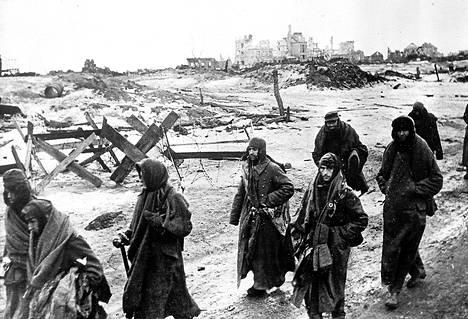 Puna-armeijan sotilaat marssittivat saksalaisia sotavankeja Stalingradista vankileireille tammikuussa 1943.