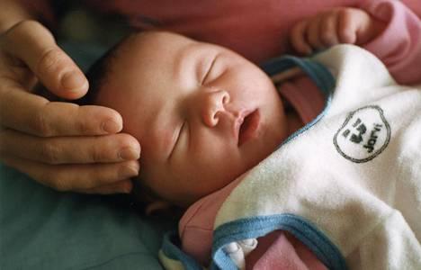 Lempeä kosketus viestii vauvalle turvallisuutta.