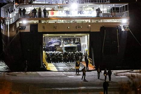 Maan hallitus lähetti mellakkapoliiseja Lesbokselle vahtimaan uusien vastaanottotilojen rakentamista saarella.
