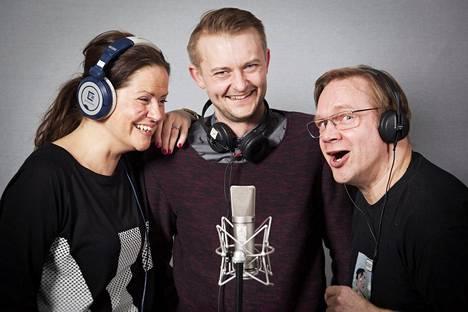 Mia Seliniä, Antti Mikkolaa ja Puntti Valtosta kuullaan Juicen Taivaallisessa aulabaarissa.