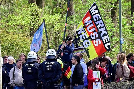 Berliinissä osoitettiin mieltä uutta tartuntatautilakia vastaan keskiviikkona. Poliisi oli varautunut levottomuuksiin noin 2000 työntekijän voimin.