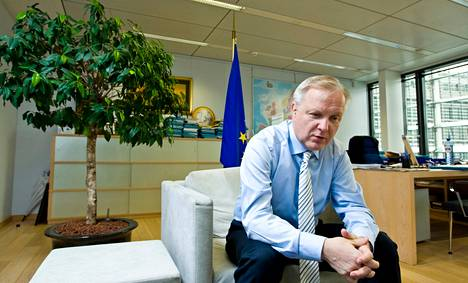 Olli Rehnin (kesk) kymmenvuotiseen uraan komissaarina mahtuu sekä hyviä muistoja että paljon asioita, jotka eivät menneet niin kuin olisi pitänyt.