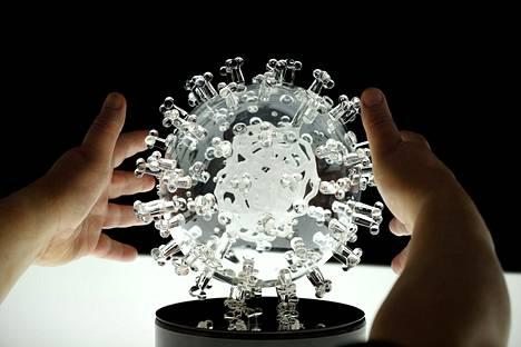 Luke Jerramin lasiveistos esittää koronavirusta.