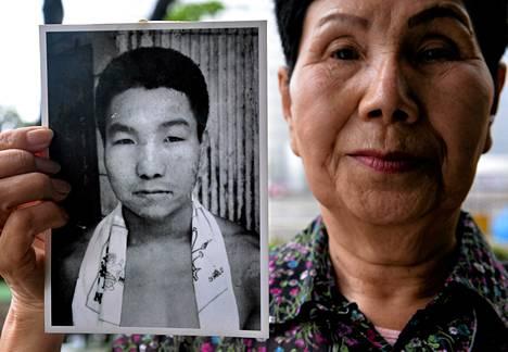 Kuolemaantuomitun Iwao Hakamadan isosisko Hideko Hakamada esitteli nuoruuden kuvaa pikkuveljestään keväällä 2013.