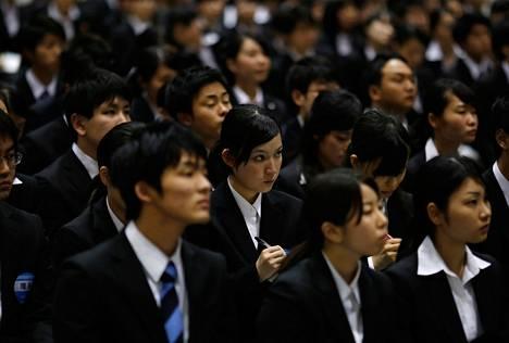 Japanilaisopiskelijat osallistuivat työnhakumessuille Tokiossa viime maaliskuussa. Messuilla nähtiin noin sata yritystä ja 50 000 töistä kiinnostunutta opiskelijaa.