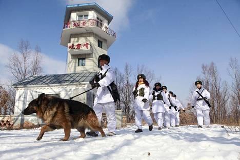 Kiinan vapautusarmeijan sotilaat partioivat Heilongjiangissa tiistaina.