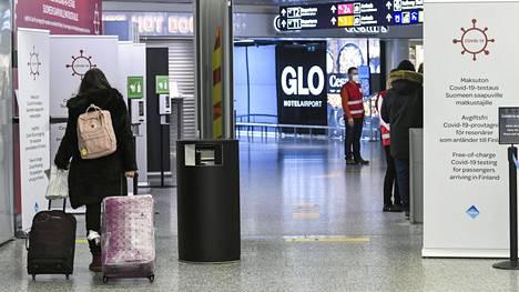 Lentomatkustajia Helsinki-Vantaan lentokentällä 7. tammikuuta 2021.