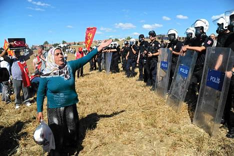 Poliisit estivät mielenosoittajien pääsyn Silivrin oikeustalolle.