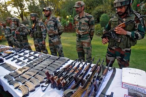 Intian armeija esitteli takavarikoituja aseita ja ammuksia Srinagarin varuskunnassa vuonna 2013.