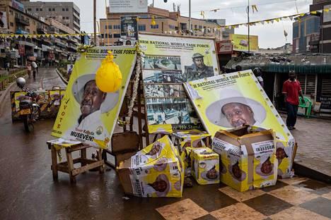 Presidentti Musevenin kannatusjulisteita Kampalassa perjantaina.