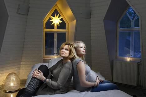 Eija-Riitta Korhola (vas.) osaa luoda juhlaa arkeen, kertoo esikoistytär Reeta-Leena Vestman.