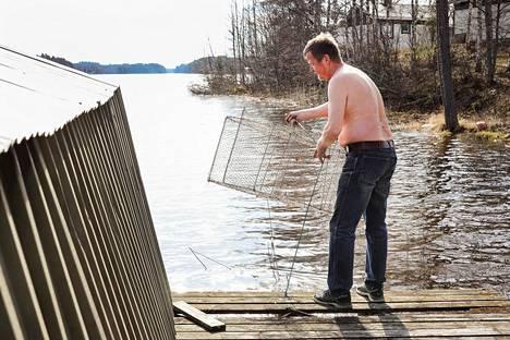 Lämpötila nousi tiistaina reilusti yli 20 asteen myös Itä-Suomessa. Kuopiolainen Asko Reinikainen kävi kokemassa katiskat Vehmersalmen Hormalahdella.
