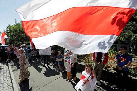 Valkovenäläiset osoittivat mieltään maan pääkaupungissa Minskissä viime sunnuntaina.