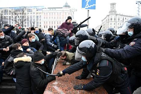 Poliisi ja mielenosoittajat kahakoivat Moskovassa lauantaina.