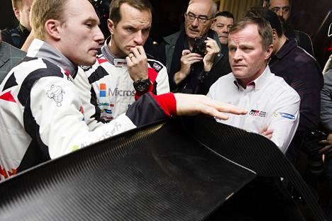 Toyotan varsinaiset kisakuskit Jari-Matti Latvala (vas.) ja Juho Hänninen esiintyivät tiistaina yhdessä Toyotan tallipäällikön Tommi Mäkisen kanssa.